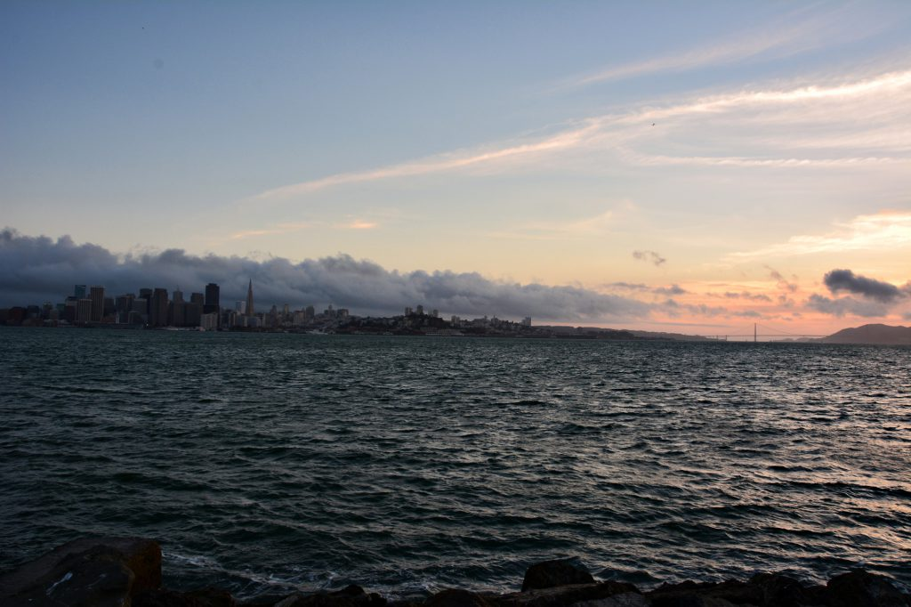Sonnenuntergang-mit-Blick-auf-Alcatraz-Island-und-die-Golden-Gate-Bridge